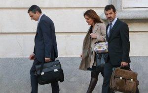 Ferran López y Joan Carles Molinero, acompañados de su letrada, a su entrada al Supremo.