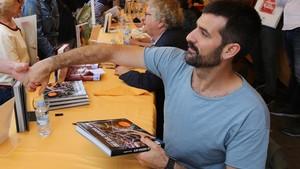 El fotoperiodista Jordi Borràs firmando libros por Sant Jordi 2018