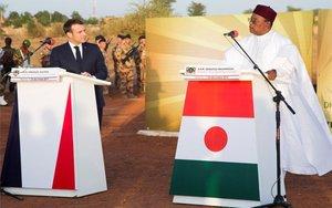 Emmanuel Macroncon el presidente de Níger,Mahamadou Issoufou.