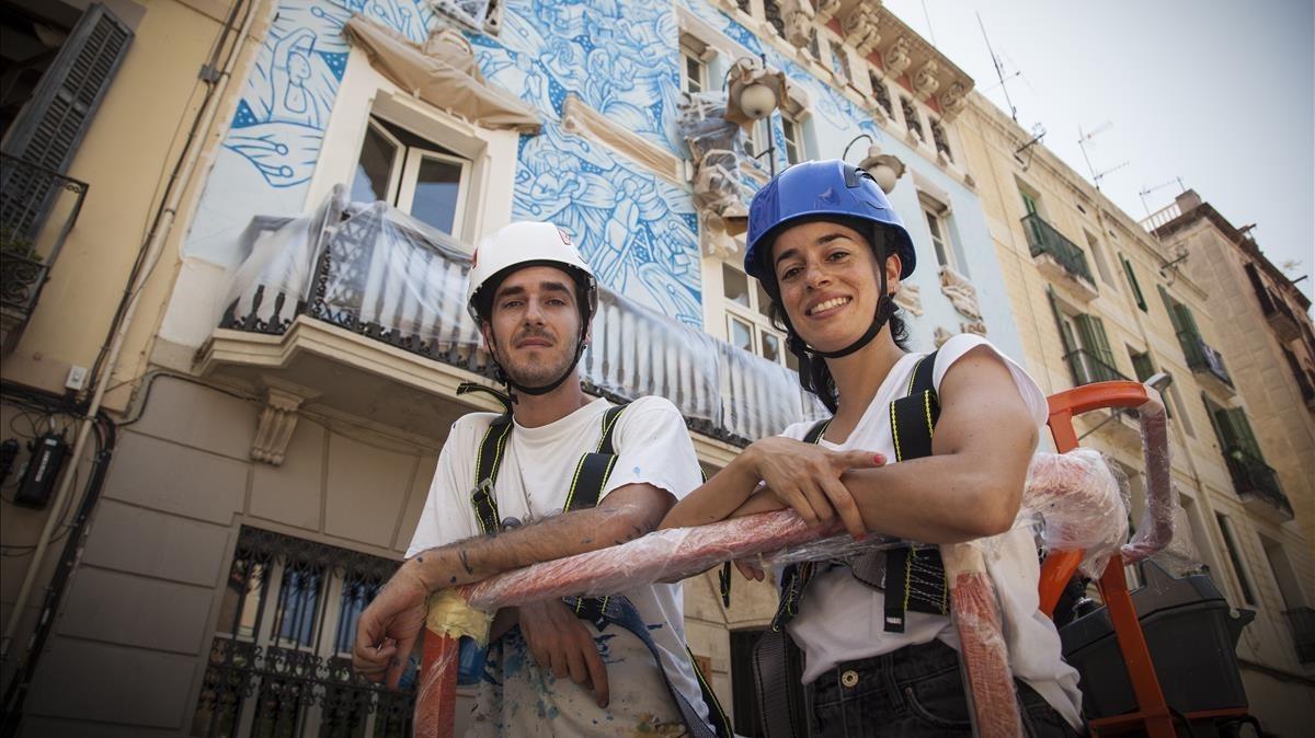 De Riba y López, frente a la fachada sin terminar del ayuntamiento de Gràcia.