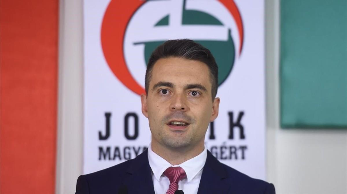 Gabor Vona, presidente del ultraderechista Jobbik, habla ante la prensa tras el cierre de las urnas, en Budapest, este domingo.