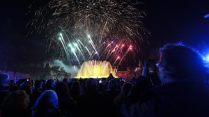 La gente abarrotó la avenida Maria Cristina para ver la fuente iluminada y los fuegos artíficiales.