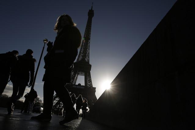 Gente paseando cerca de la Torre Eiffel, el pasado sábado, en París.
