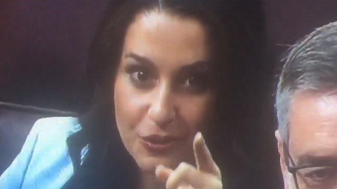 El gesto de Inés Arrimadas en el Congreso, durante el debate de investidura de Pedro Sánchez.