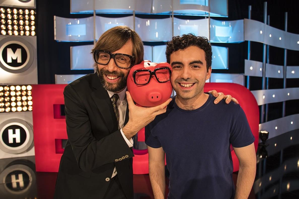 Òscar Dalmau, presentador de El gran dictat, junto al concursante Julià Hidalgo.