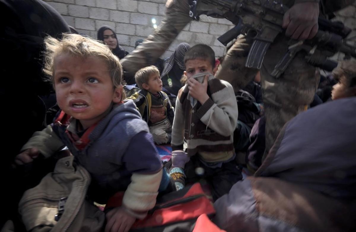 Un grup de nens refugiats, després de fugir de la ciutat de Mossul.