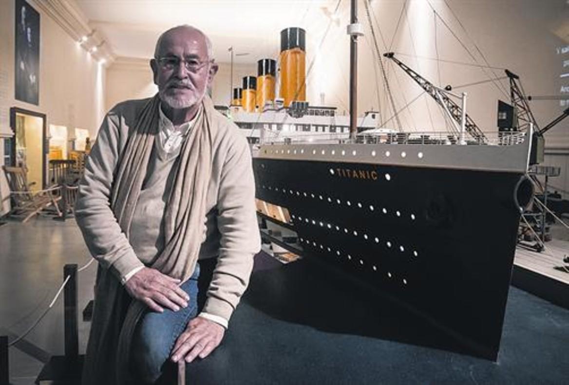 Jesús Ferreiro, frente a la mayor maqueta del Titanic del mundo, expuesta en el Marítim de Barcelona.