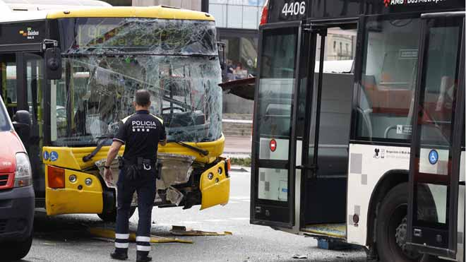 20 heridos al chocar dos buses y una moto en la plaza de Espanya de Barcelona.