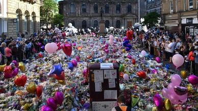 Manchester recuerda a las víctimas del atentado en el concierto de Ariana Grande