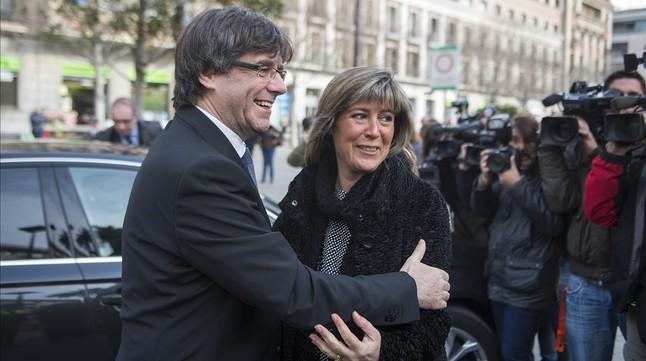 Núria Marín saluda Carles Puigdemont en la seva arribada a lHospitalet.