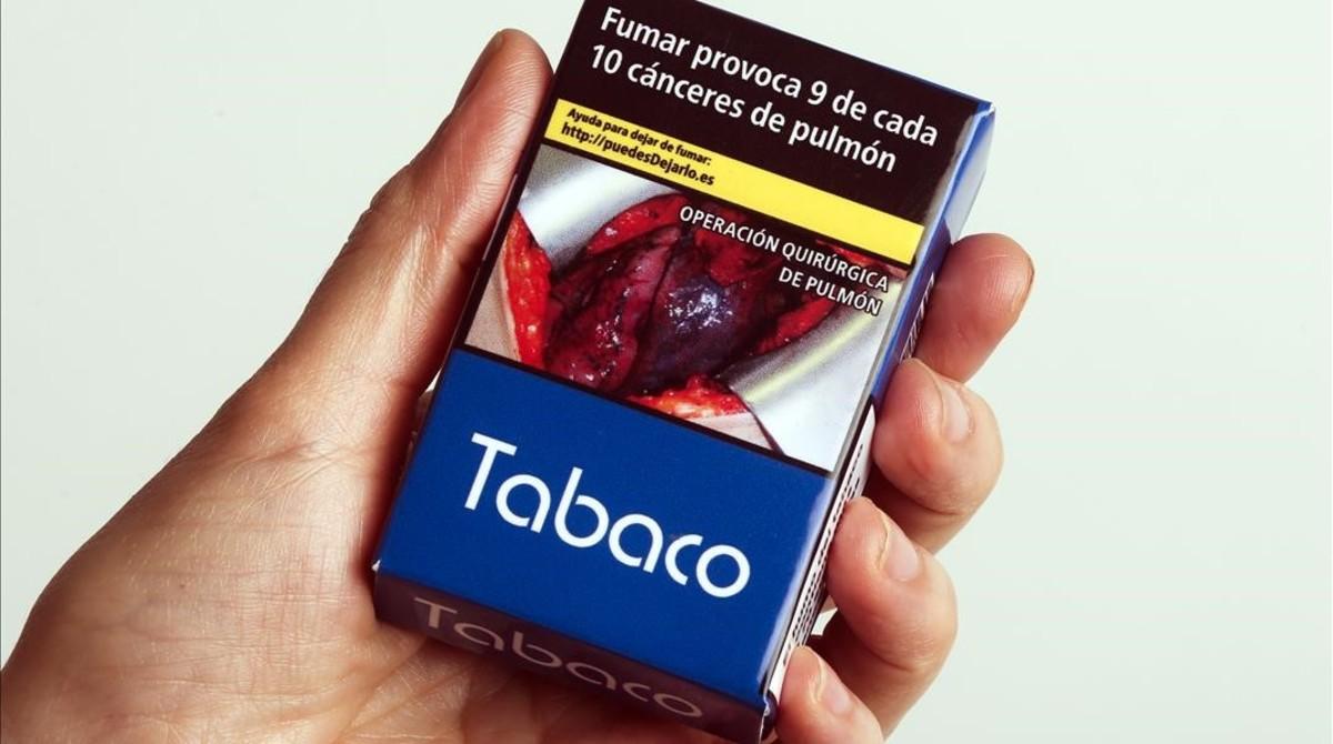 Tras las últimas restricciones, en España aún figura bien visible el nombre de la marca de tabaco en las cajetillas (Tabaco, en la imagen, para evitar la publicidad).