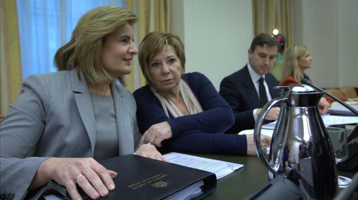 La ministra de Empleo, Fátima Báñez, junto a la presidenta de laComisión del Pacto de Toledo, Celia Villalobos.