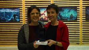 Ilu Vílchezy Marta Rossic, con el premio de laSociedad Europea de Ciencia-Ficción.
