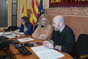 La alcaldesa de Rubí, con el concejal de cooperación y la representante de la CCAR.