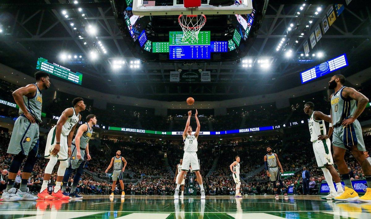 ME01. MILWAUKEE (EE.UU.), 07/03/2019.- Pau Gasol (c) de los Bucks lanza este jueves durante un partido de NBA entre Indiana Pacers y Milwaukee Bucks, en el Fiserv Forum de la ciudad de Milwaukee, Wisconsin (EE.UU.). EFE/Tannen Maury PROHIBIDO SU USO POR SHUTTERSTOCK