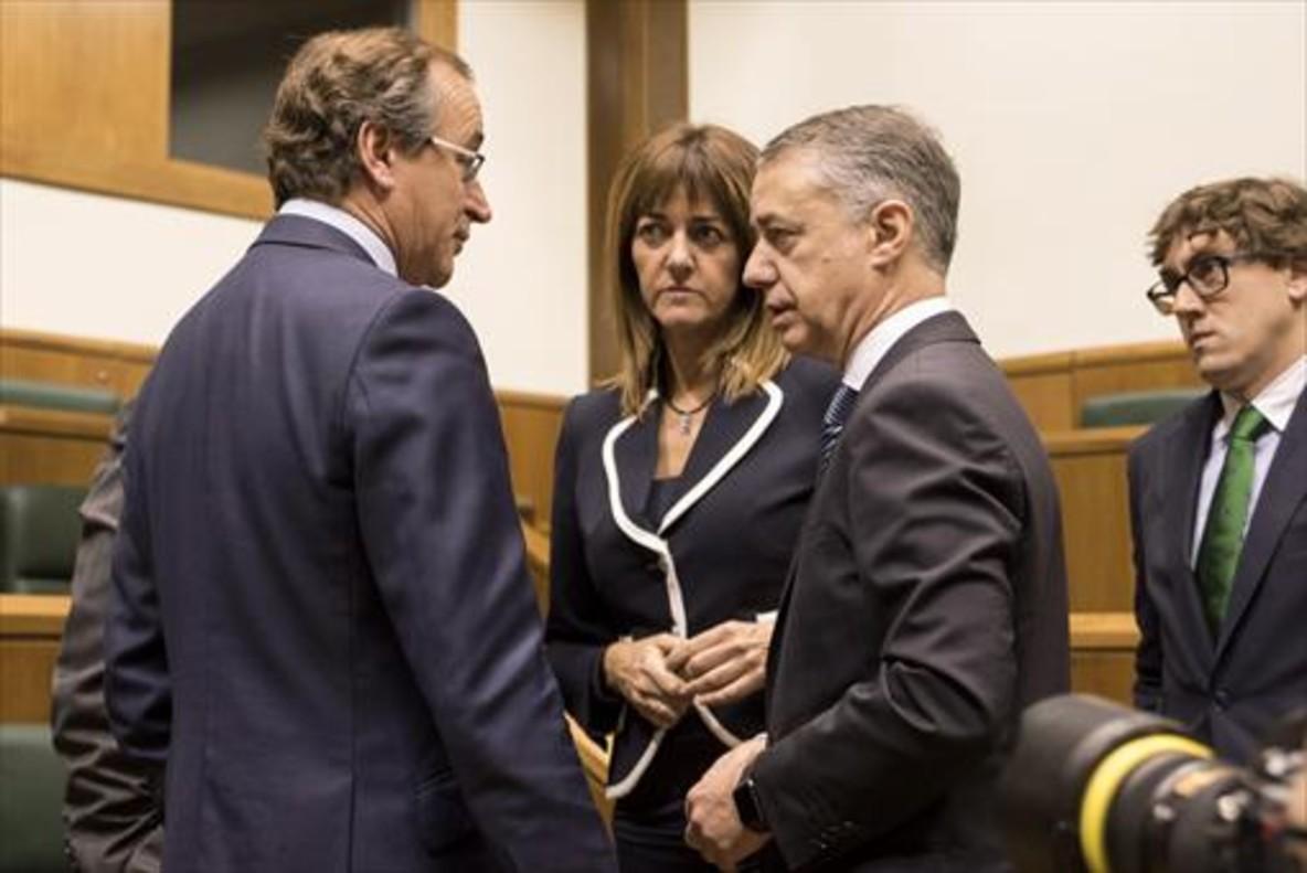 El lendakari Iñigo Urkullu conversa conIdoia Mendia (PSE) yAlfonso Alonso (PP) en la Cámara vasca
