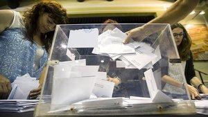 Integrantes de una mesa electoral de Barcelona, durante el recuento de votos.