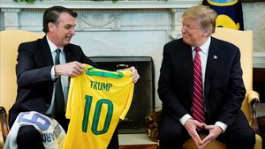 Jair Bolsonaro y Donald Trump intercambiaron camisetas de fútbol.