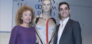 Javier Fernández, junto a Marta Carranza y el maniquí con el vestido donado.