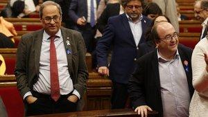 El 'president' de la Generalitat,Quim Torra, y el líder del PSC, Miquel Iceta, en el Parlament.