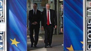 Jeremy Corbyn, líder de los laboristas (derecha), en Bruselas.