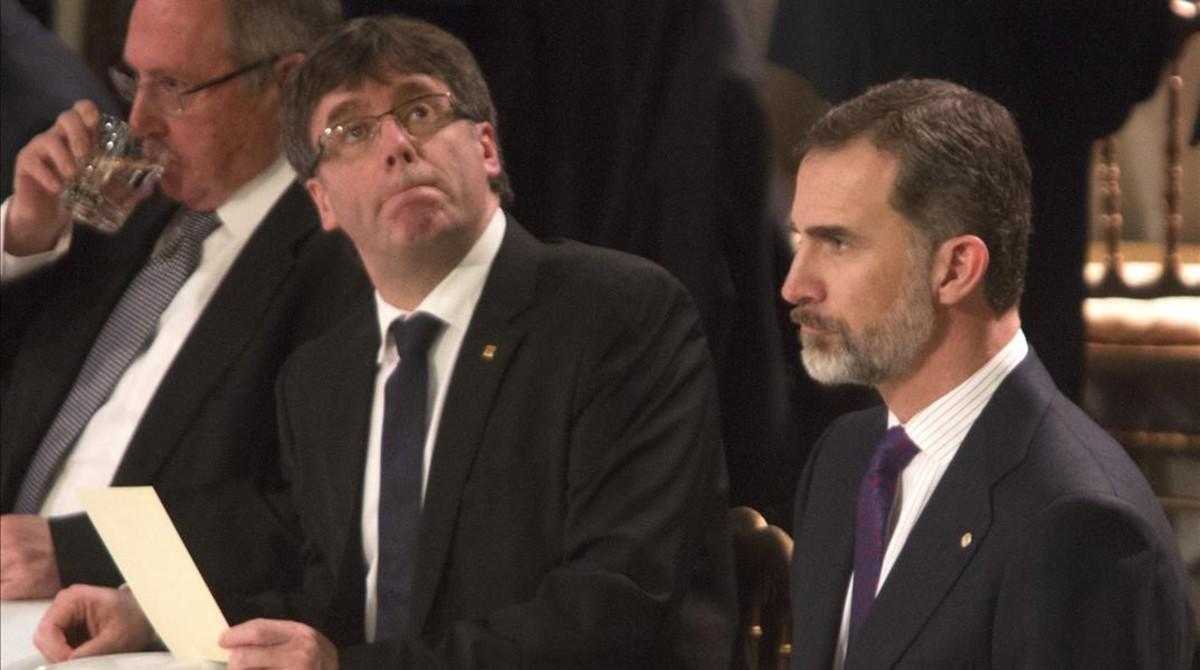 Carles Puigdemont y Felipe VI, en la cena de inauguración del Mobile World Congress.