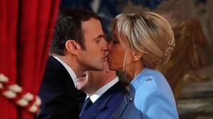 Emmanuel Macron y Brigitte Trogneux se besan tras la toma de posesión.