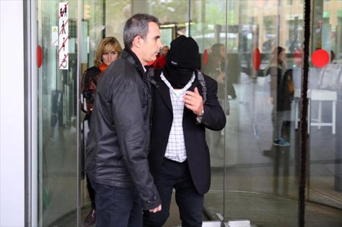 Joaquim Benítez acude a declarar con la cabeza cubierta en la Ciutat de la Justícia, el pasado mes de abril.