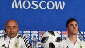 Jorge Sampaoli y el defensa Nicolás Tagliafico atienden a los medios de comunicación en Moscú.