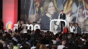 José Luis Rodríguez Zapatero interviene en el acto de homenaje. En pie puede verse también a la exvicepresidenta Teresa Fernández de la Vega, con los padres de Carme Chacón.