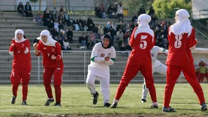 Jugadoras del equipo nacional de fútbol femenino de Irán en un partido en Teherán, en 2006