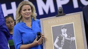Kim Clijsters recibe un cuadro con su imagen en el último Abierto de EEUU.