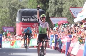 El estadounidense Ben King celebra la victoria en la cuarta etapa de la Vuelta.