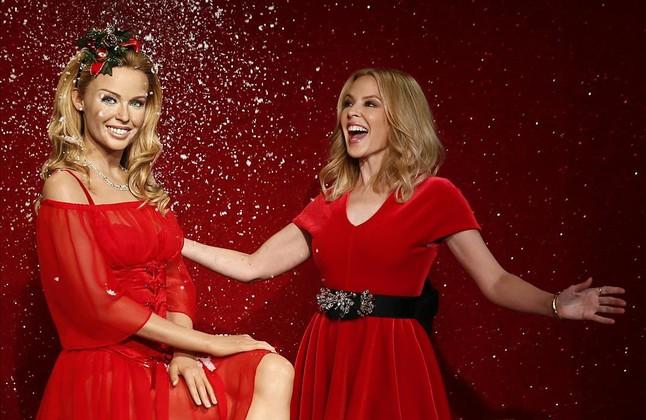 Kylie Minogue, con su figura de cera en el museo Madame Tussauds de Londres, este martes.