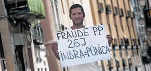 Lagarder Danciu, posando con una pancarta.