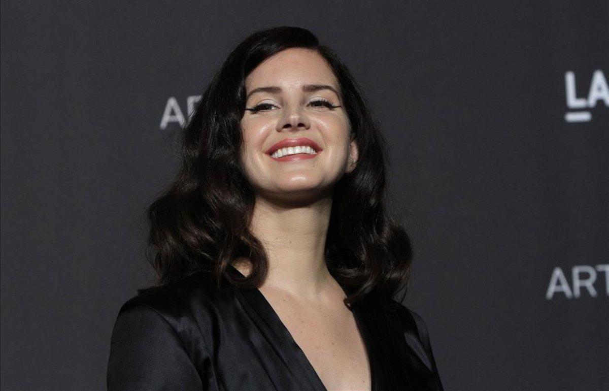 Lana Del Rey Presenta A Su Novio Policia