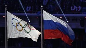 Las banderas olímpica y rusa, ahora tan lejos.