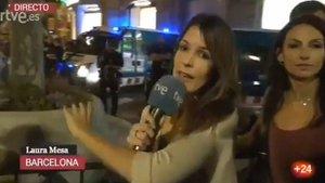 La reportera de Telecinco protege a la de TVE en su directo ante los ataques de manifestantes independentistas