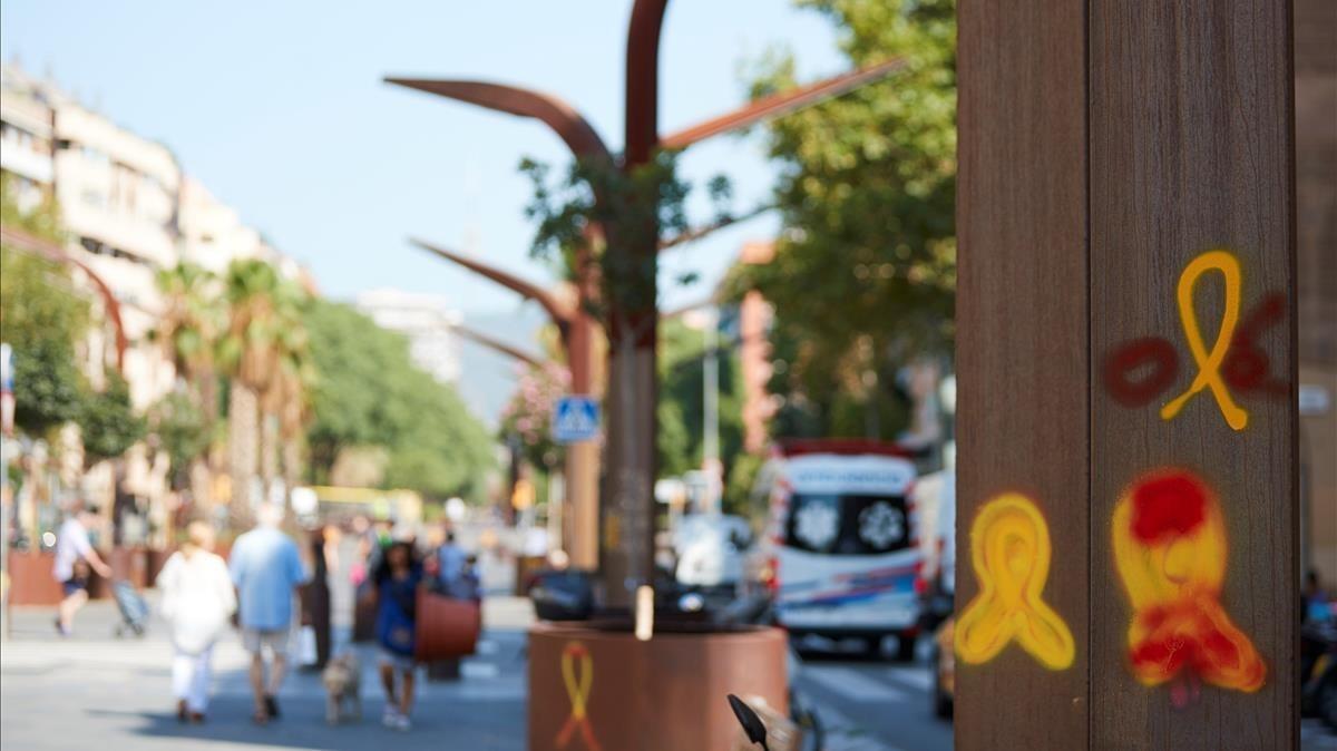 Lazos amarillos en el barrio de Sants de Barcelona.