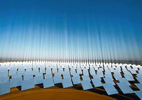Los espejos del parque solar de Sanlúcar la Mayor (Sevilla). A la derecha, la torre que transforma en electricidad la energía solar de esta central.