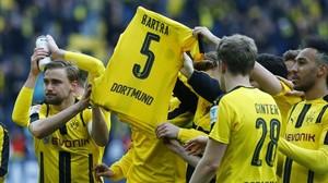 Los jugadores del Dortmund muestran una camiseta de Bartra mientras celebran el triunfo ante el Eintracht de Fráncfort, este sábado en Iduna Park.