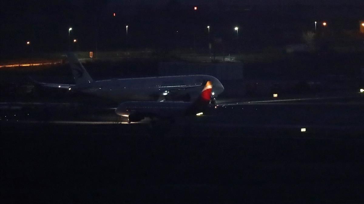 Los pasajeros aplauden tras aterrizar de emergencia el avión de Air Canada en Barajas, este lunes