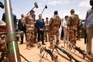 Macron con soldados franceses en Mali.