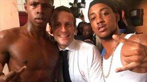 Macron junto a los dos jóvenes antillanos en la isla San Martín.