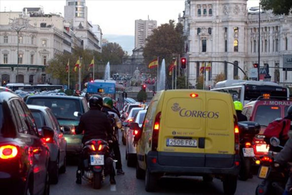 MADRID Atasco en la calle de Alcalá, cerca de la plaza de Cibeles.