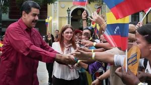 Maduro y su esposa, Cilia Flores, saludan a sus seguidores en un acto en Caracas, el 25 de enero.