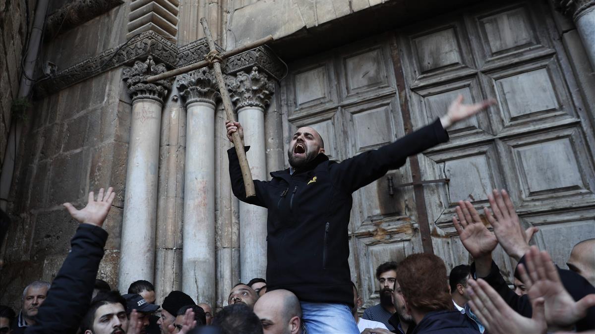 Un manifestante frente a las puertas cerradas de la Basílica del Santo Sepulcro el pasado martes 27 de febrero