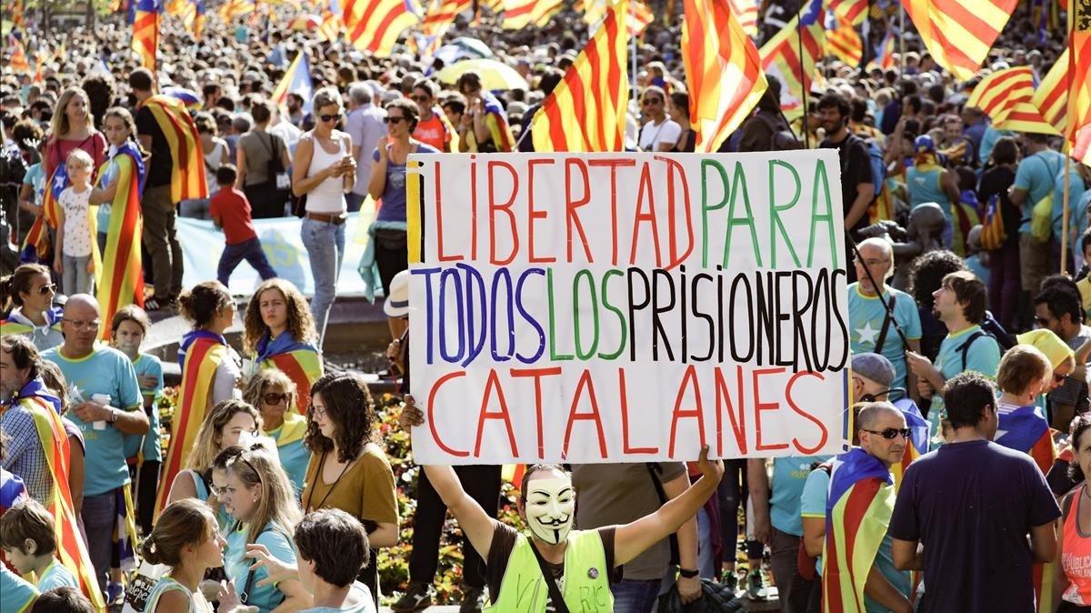Los políticos presos estuvieron 'presentes' en cada tramo de la manifestación.