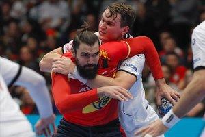 Maqueda recibe el placaje defensivo de Kasparek en un momento del encuentro
