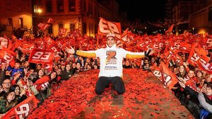 Marc Márquez celebra, en Cervera, su séptimo título mundial de motoccilismo con miles de fans.